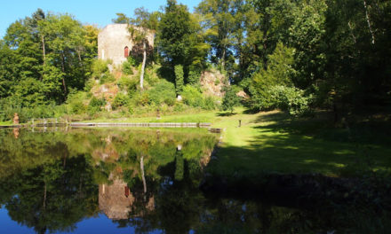 Kousek od hlavní leží zřícenina hradu Salon